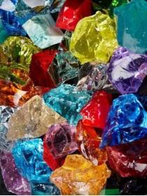 Стеклянные камни с острыми краями фото